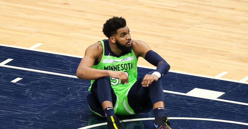 Karl-Anthony Towns gets emotional with father during Nets game